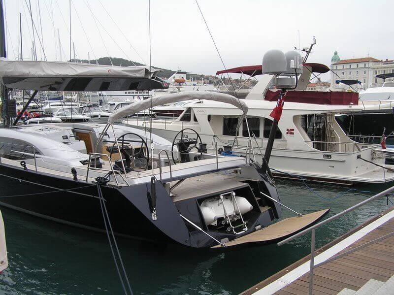 Jadrnica s hidravličnim odpiralom za pomožni čoln